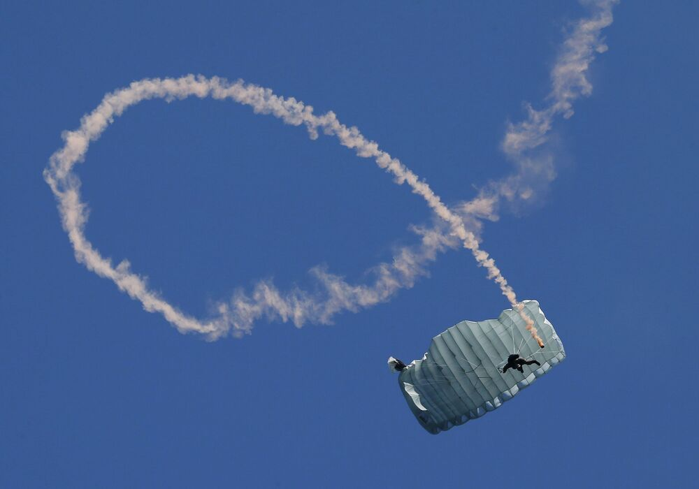Paraquedista nas celebrações do Dia da Marinha russa em Sevastopol, Rússia