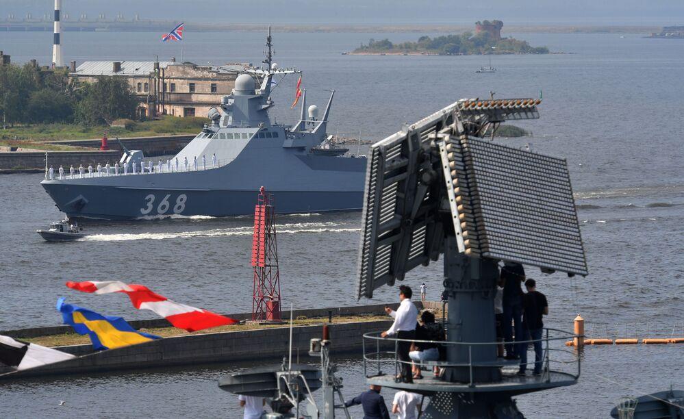Navio-patrulha do projeto 22160 Vasily Bykov no desfile naval principal dedicado ao Dia da Marinha, na cidade russa de Kronstadt