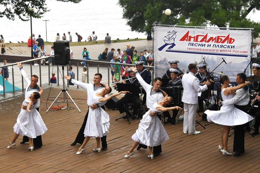 Apresentação de canto e dança durante as celebrações do Dia da Marinha russa, em Vladivostok