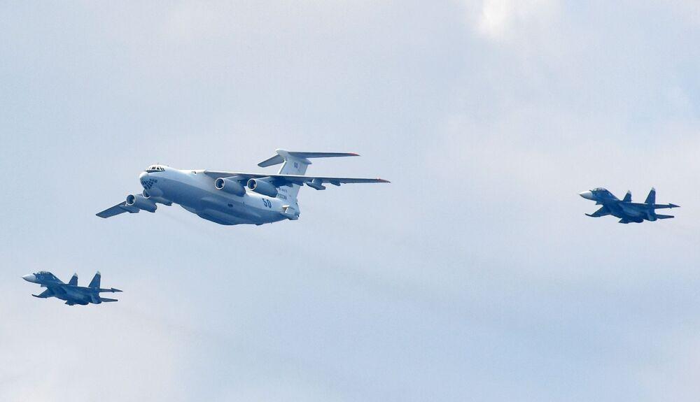 Avião de reabastecimento Il-78 e caças Su-30SM durante o desfile naval dedicado ao Dia da Marinha da Rússia, na cidade de Kronstadt