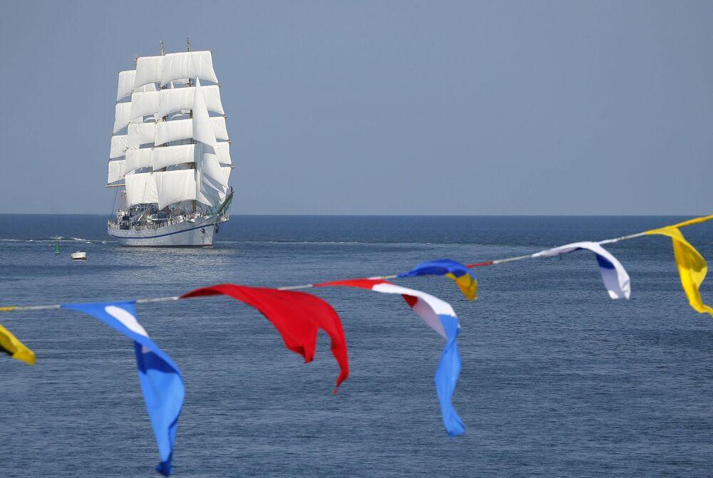 Navio-escola Khersones durante o desfile naval em homenagem ao Dia da Marinha russa, em Sevastopol