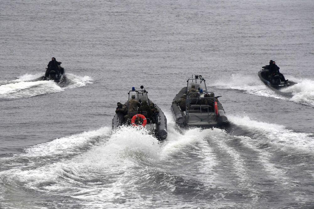 Demonstração de meios dos fuzileiros navais durante a celebração do Dia da Marinha russa em Vladivostok