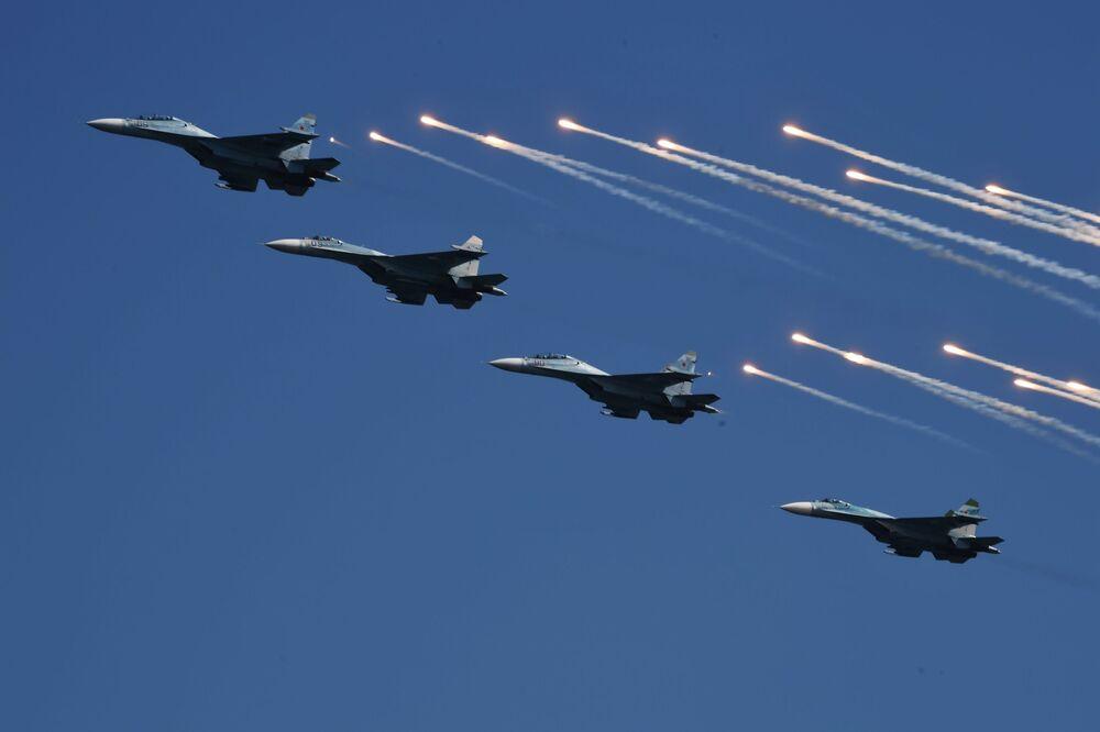 Caças Su-30 na celebração do Dia da Marinha da Rússia, em Sevastopol