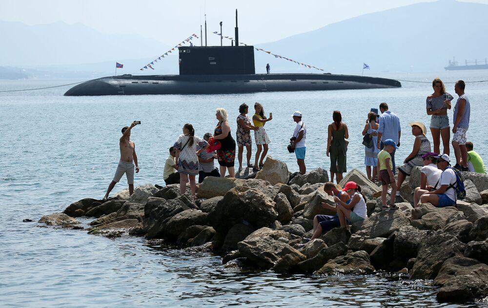 Submarino B-271 Kolpino no desfile do Dia da Marinha da Rússia, em Novorossiysk