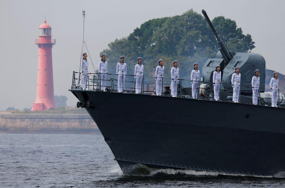 Marinheiros russos alinhados a bordo de um navio de guerra durante o desfile do Dia da Marinha russa na cidade de Kronstadt, perto de São Petersburgo, 28 de julho de 2019
