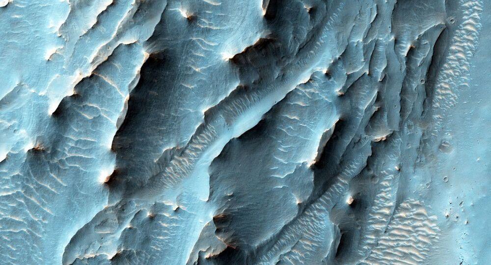 Imagem de texturas estranhas na cratera Gale em Marte