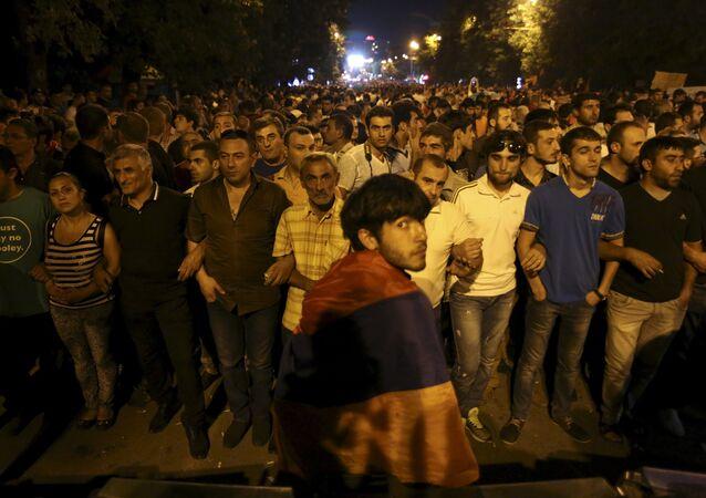 Manifestantes em Erevan, Armênia