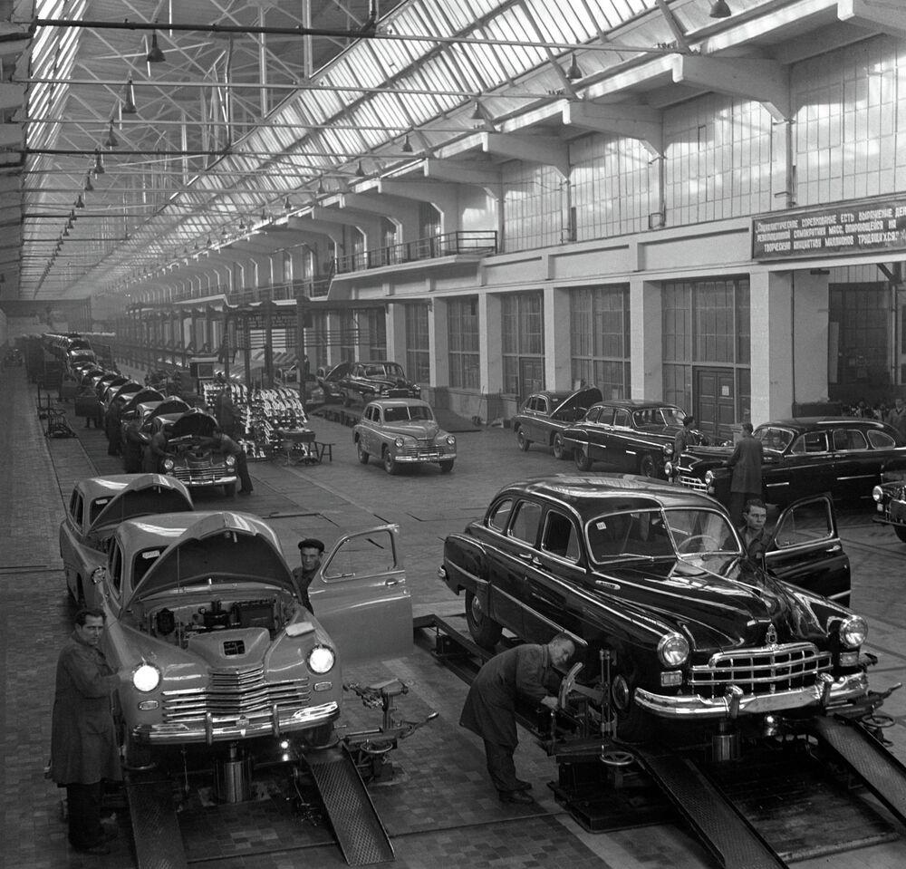Originalmente, o carro estava a ser nomeado Rodina (Pátria), mas como estava sendo desenvolvido durante a Grande Guerra Patriótica, que recebeu o nome Pobeda (Vitória). Fábrica de Automóveis Gorky (GAZ na sígla em russo).