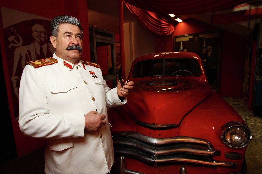 Josef Stalin ao lado do carro Pobeda na cerimônia de abertura do Museu do URSS em Moscou. A primeira série de Pobeda saiu da linha de produção em 28 de junho de 1946.