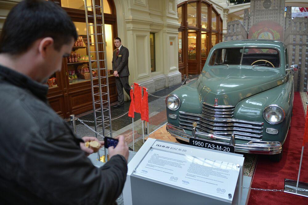 GAZ-M-20 Pobeda (1946) na abertura do salão do automóvel histórico de carros GAZ heróis do seu tempo em Moscou.