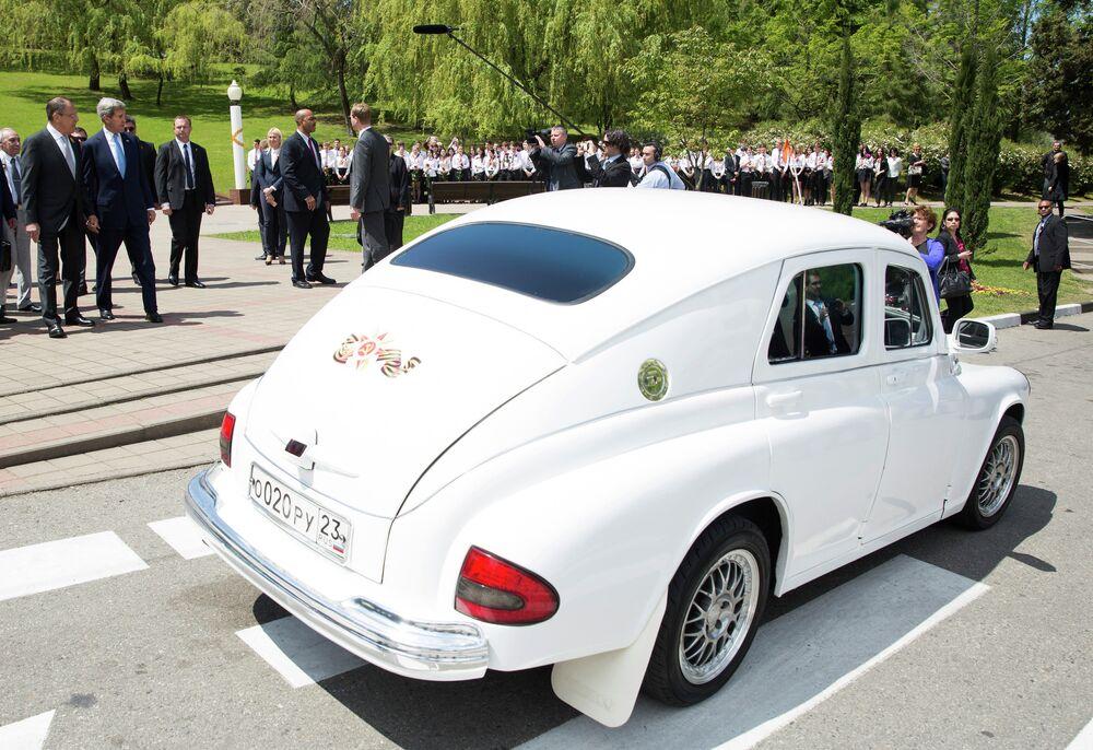 Secretário de Estado dos EUA John Kerry admira o carro Pobeda do Ministro do Exterior russo Sergey Lavrov. Pobedas foram exportados com sucesso para os países escandinavos e à Bélgica.