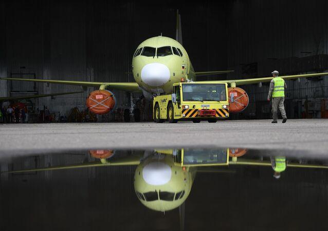Saída do hangar de um avião Sukhoi Superjet 100 para realizar testes na fábrica Yury Gagarin em Komsomolsk-no-Amur