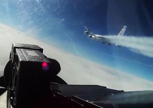 Aeronave de reconhecimento dos EUA RC-135 voando sobre águas neutras do mar Báltico