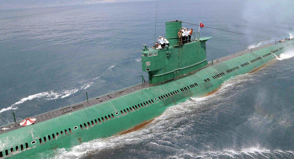 Líder norte-coreano Kim Jong-un inspeciona submarino