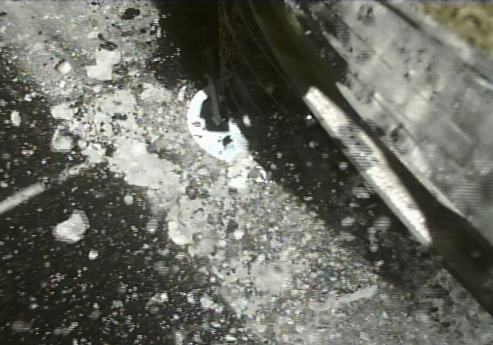 Foto tirada nos quatro primeiros segundos depois da aterrissagem da sonda japonesa Hayabusa2 no asteroide Ryugu, a 2,8 bilhões de quilômetros da Terra