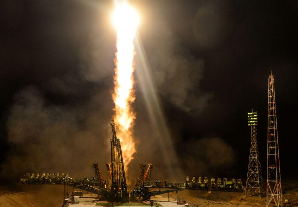 Lançamento do foguete Soyuz FG com a nave tripulada Soyuz MS-13 a partir do cosmódromo de Baikonur