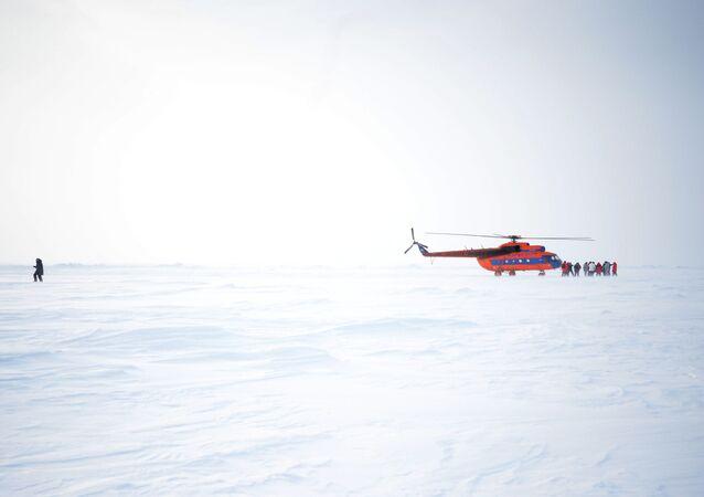 Helicóptero na estação polar russa
