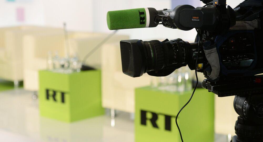 Câmera com logo do canal de TV RT ao fundo (foto de arquivo)