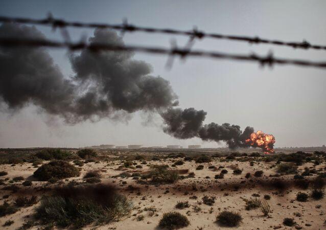 Resíduos da indústria petroleira são queimados em Brega, Líbia