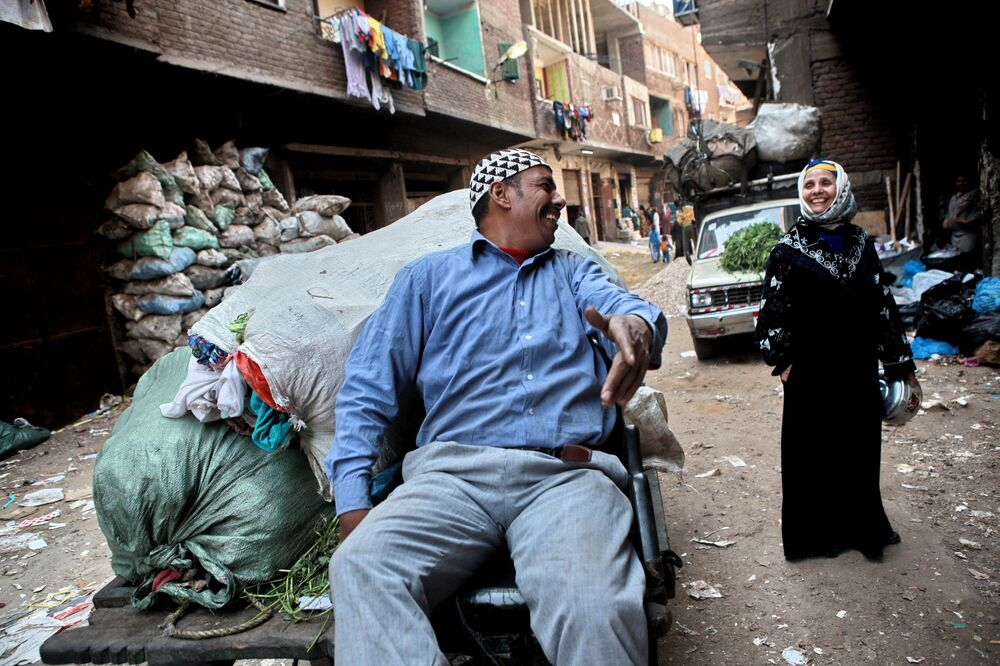 Moradores da área de favelas Mansiyat Nasir, conhecida como Cidade de Lixeiros, situada no Cairo