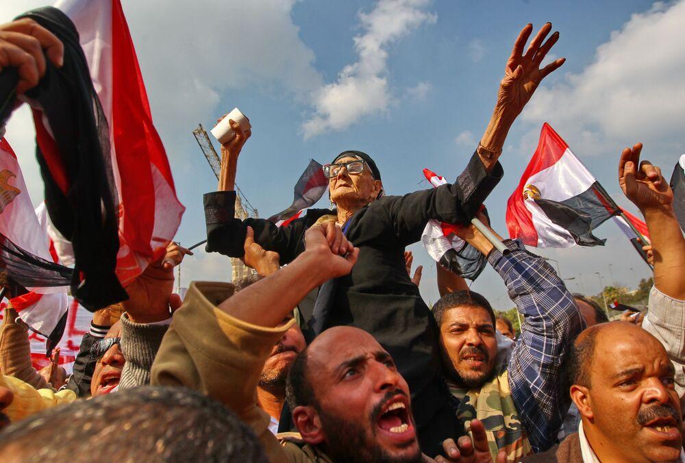 Partidários do governo militar do Egito durante manifestações na praça Abassiya, no Cairo