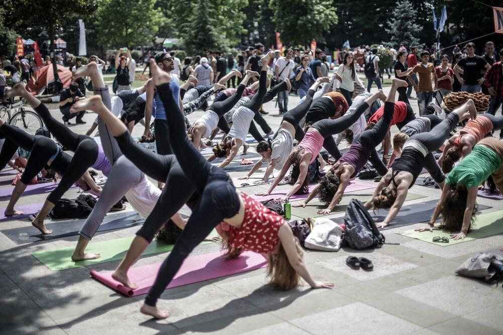 Participantes de ação de protesto fazem ginástica no Parque Taksim Gezi, Istambul