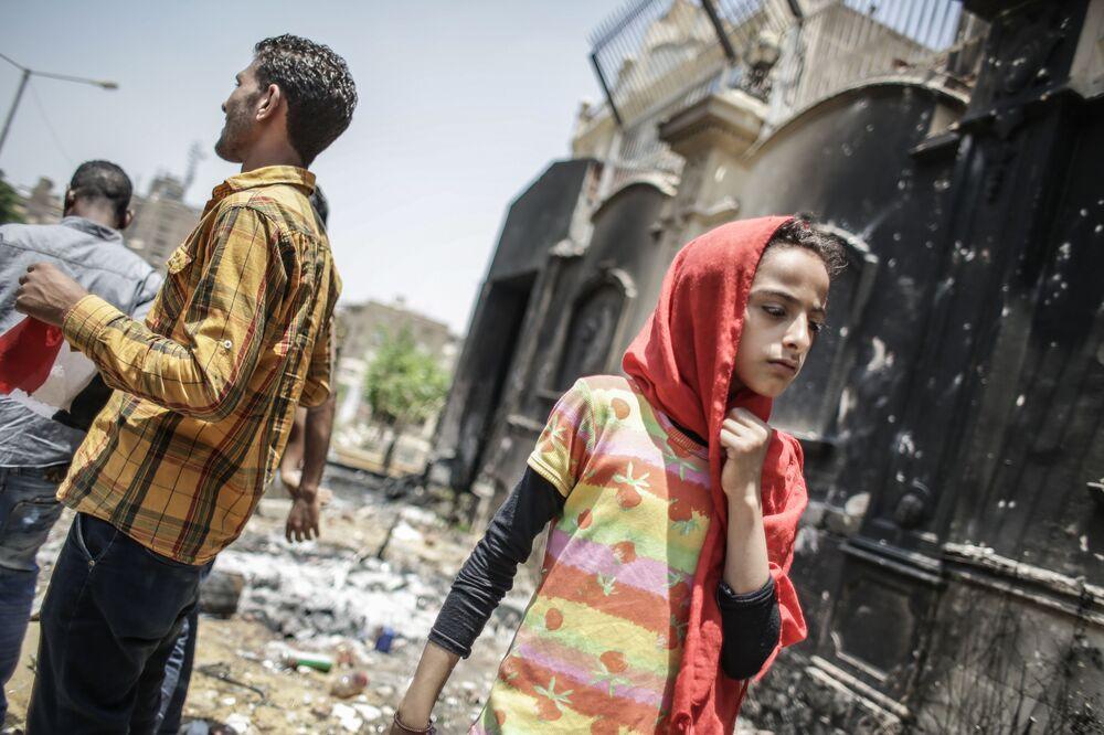 Manifestantes perto do prédio destruído da sede da Irmandade Muçulmana (organização terrorista proibida na Rússia e em vários outros países) no Cairo, Egito