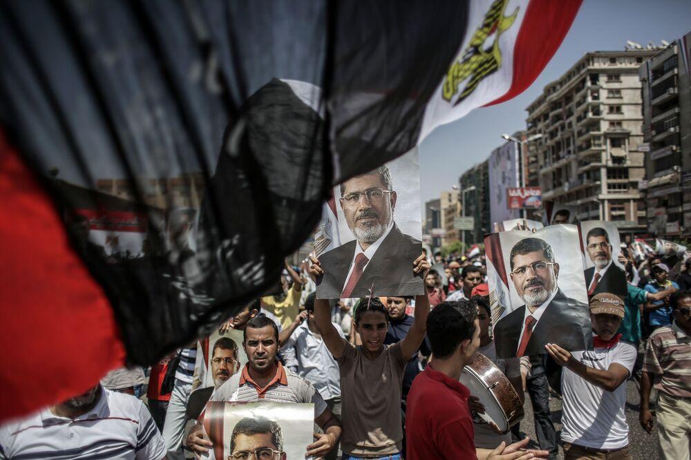 Apoiantes do presidente egípcio deposto, Mohamed Mursi, em campo de tendas no Cairo