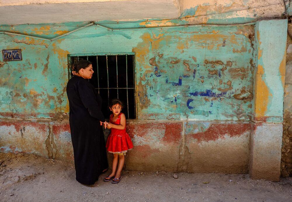 Mulher copta com criança na província egípcia de Minia