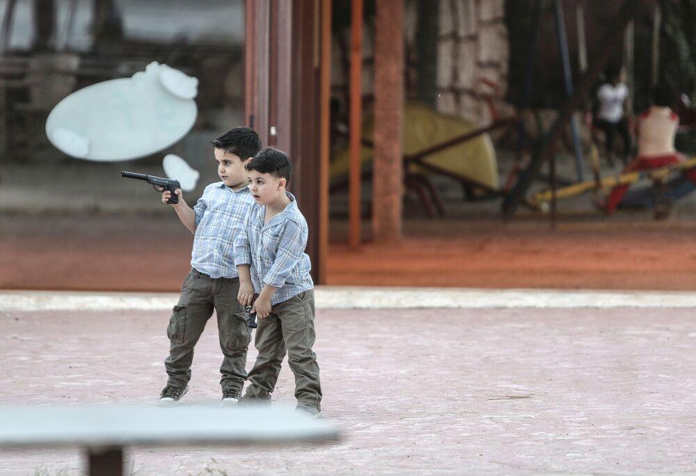 Meninos brincam de guerra em Latakia, Síria