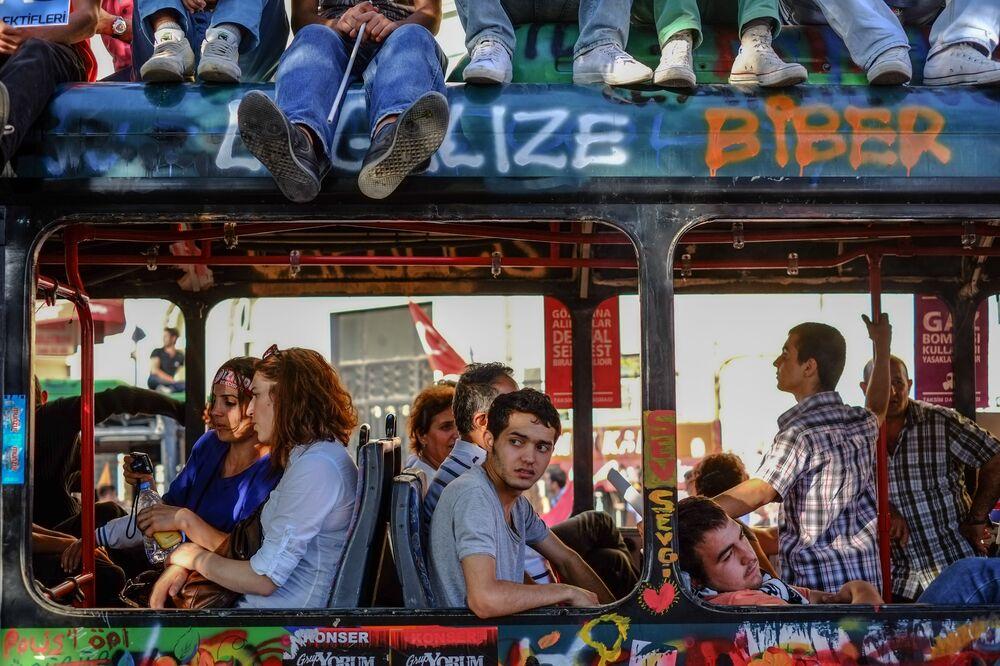 Cidadãos dentro do ônibus da revolução na praça Taksim, Istambul