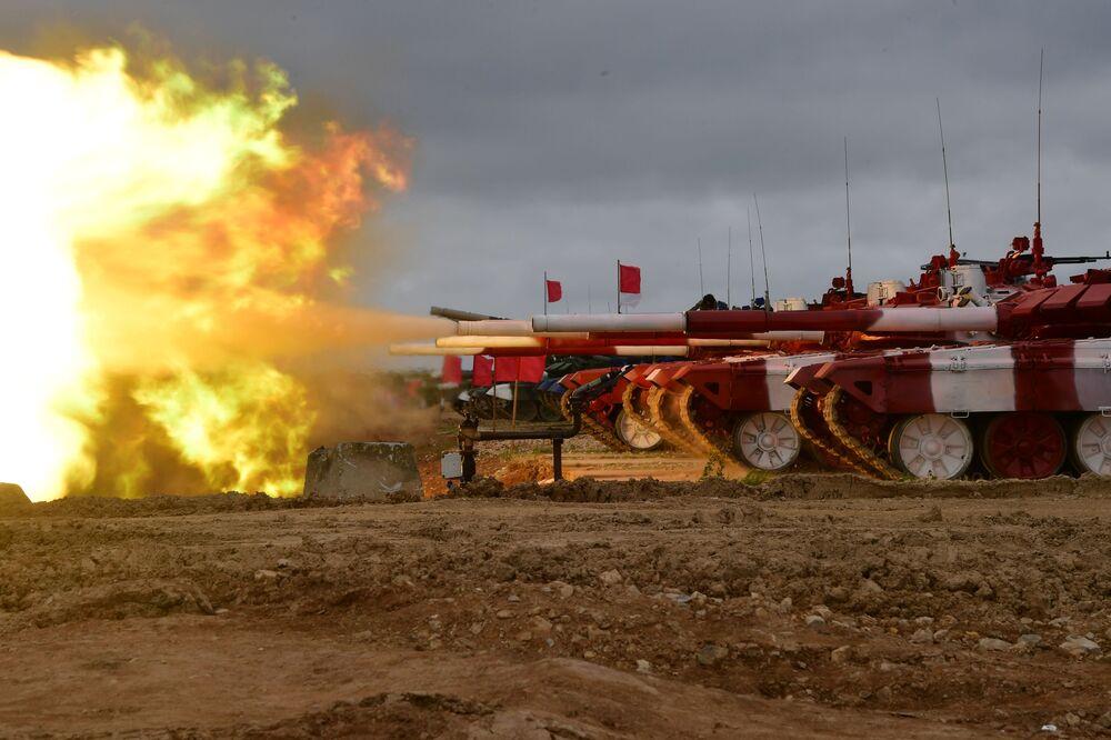 Tanques T-72B3 do exército russo antes do início da competição internacional Biatlo de Tanques 2019