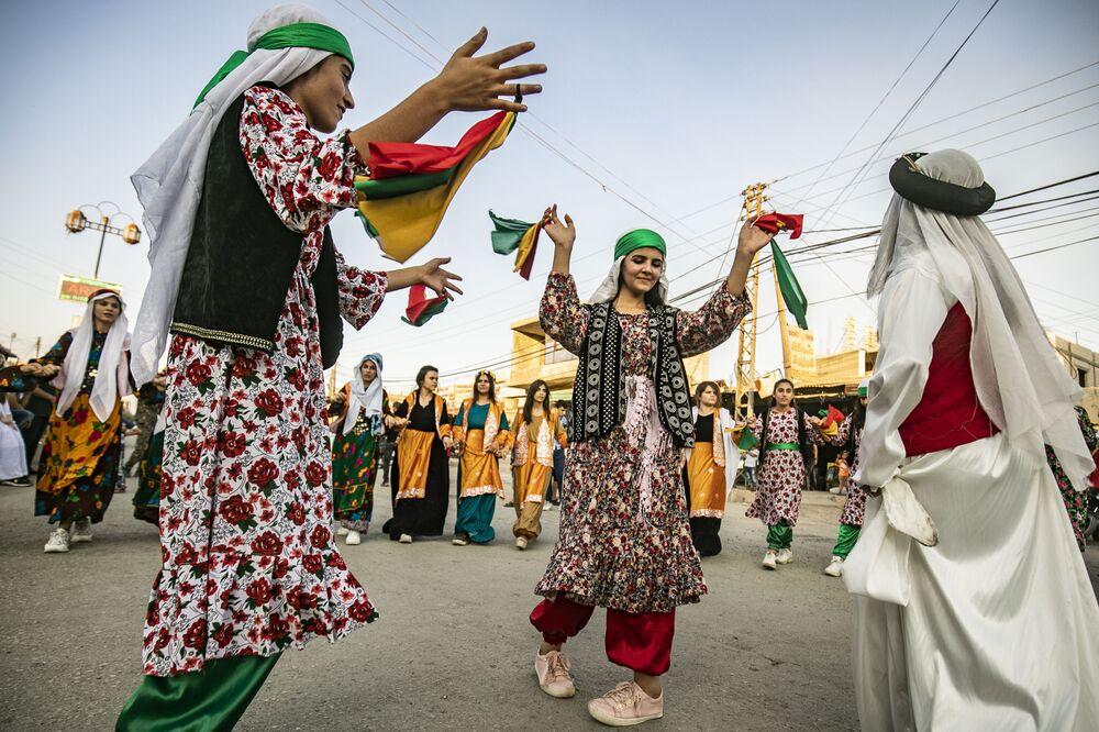 Curdos sírios vestem roupas típicas em festival de dança no nordeste da Síria