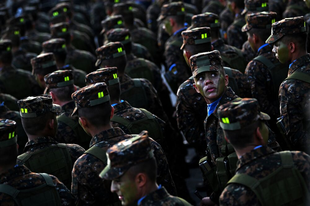 Soldados das Forças Armadas salvadorenhas no centro histórico de San Salvador