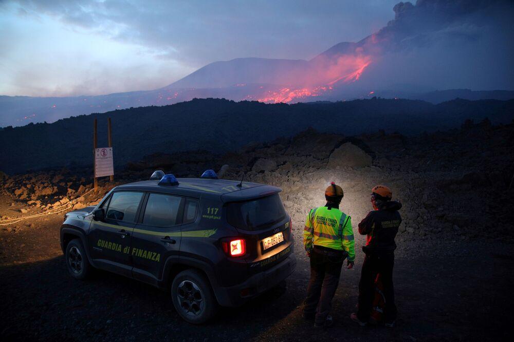 Autoridades italianas observam erupção do vulcão Etna na Sicília
