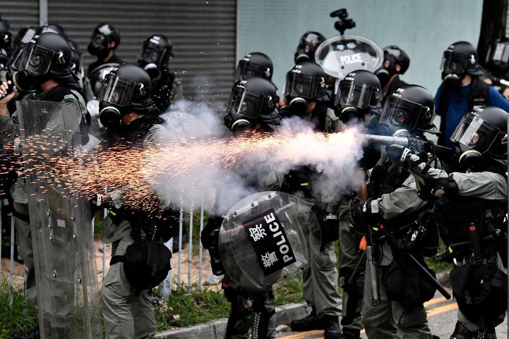 Polícia lança gás lacrimogênio durante manifestações em Hong Kong