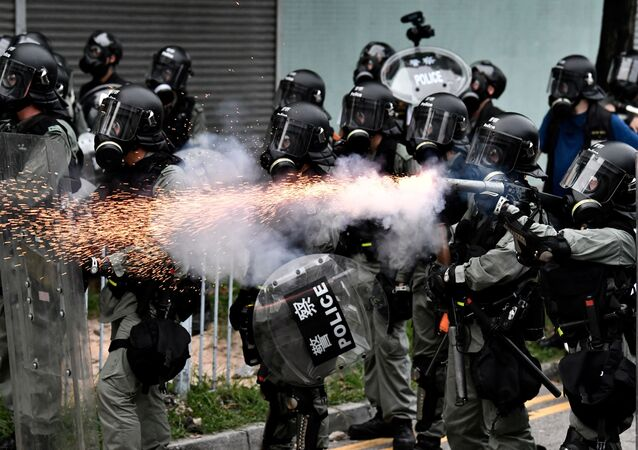 Polícia lança gás lacrimogêneo durante manifestações em Hong Kong (arquivo)