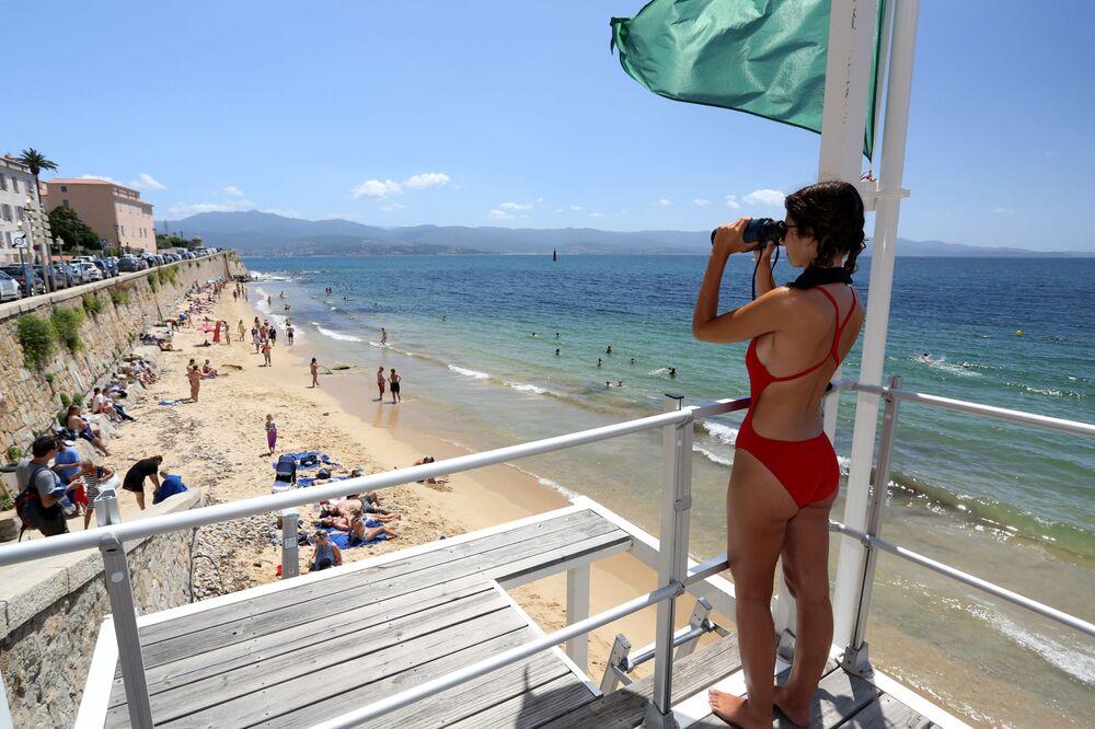 Salva-vidas na torre de observação de uma praia francesa