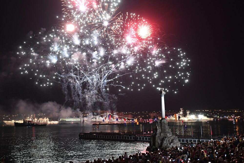 Fogo de artifício durante celebração do Dia da Marinha em Sevastopol