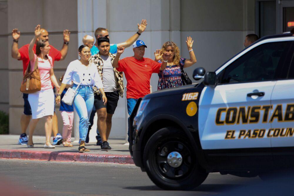 Clientes saem do shopping com as mãos para cima depois do tiroteio no Texas