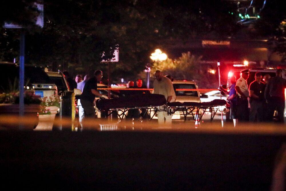 Corpos dos mortos são removidos da cena do crime depois do tiroteio em Dayton