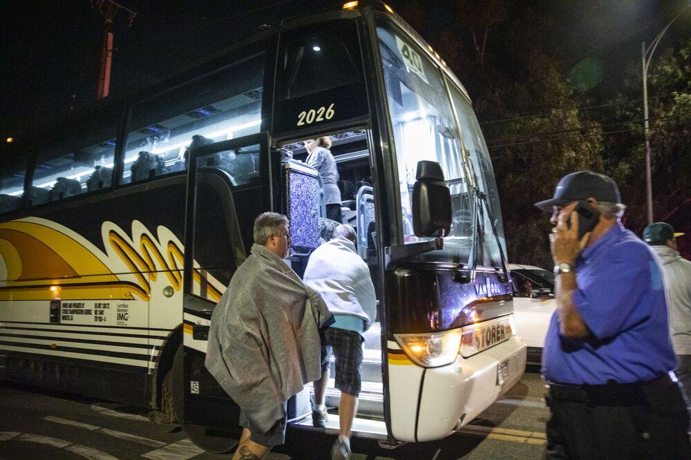 Pessoas são evacuadas do festival de comida Gilroy Garlic, na Califórnia, devido a tiroteio