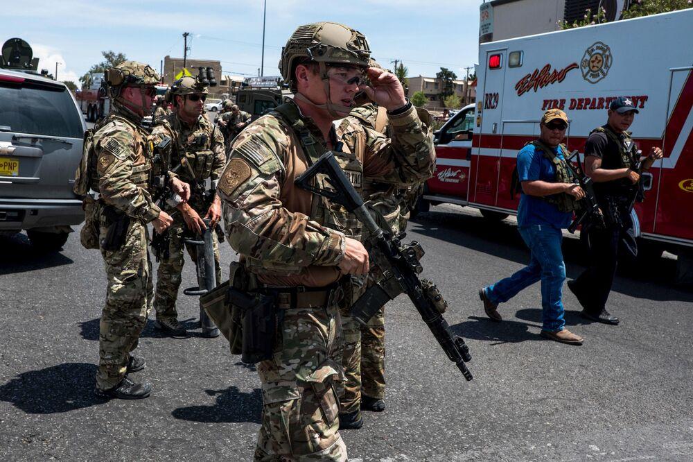 Polícia no local do tiroteio no shopping Cielo Vista, no Texas