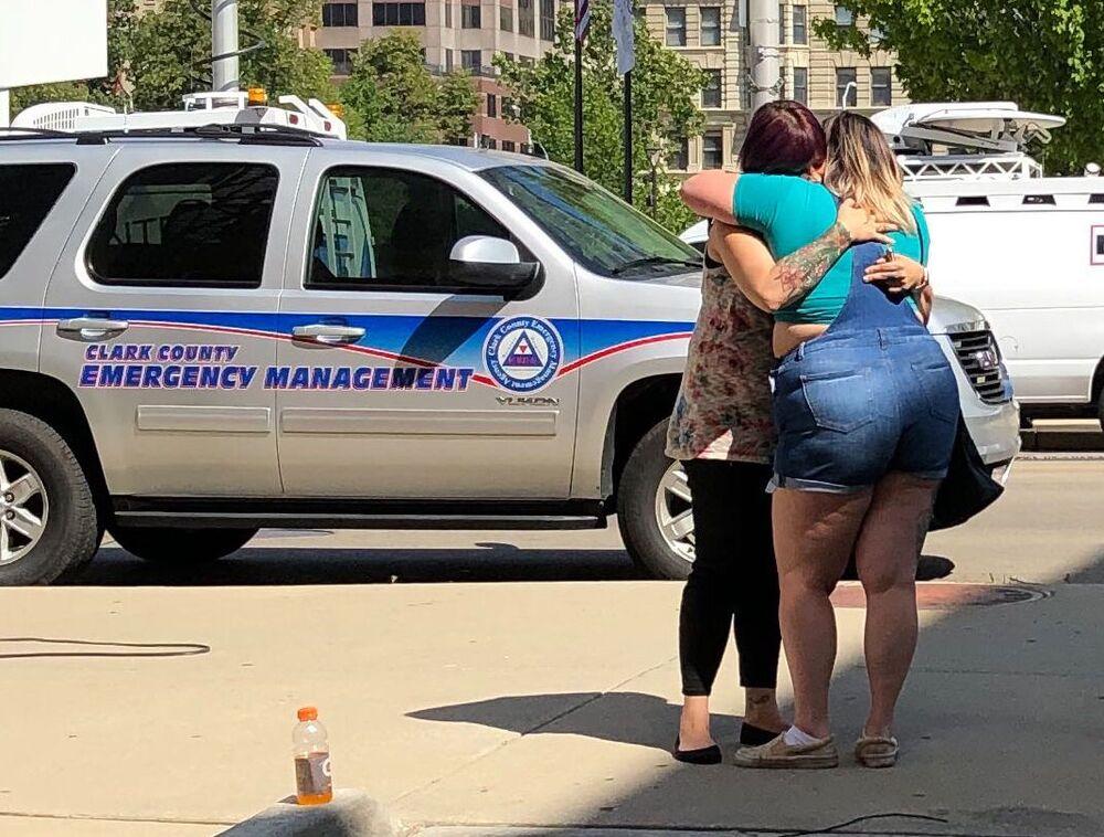 Mulheres aguardam informações sobre as vítimas do tiroteio em Dayton, no estado de Ohio