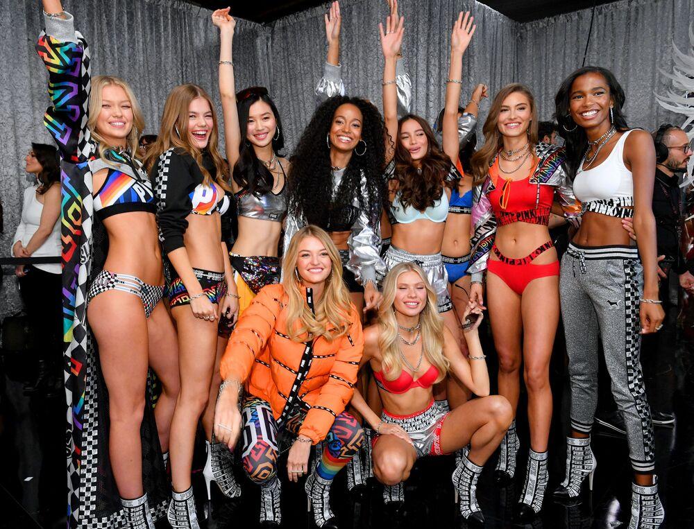 Modelos nos bastidores do desfile de moda da Victoria's Secret