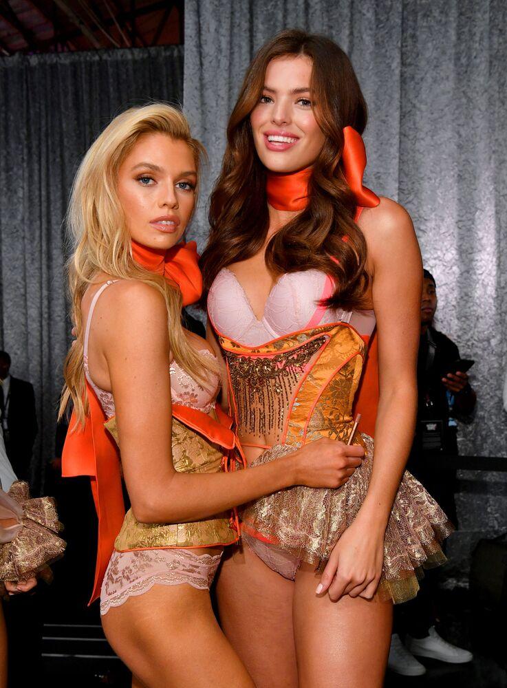 Stella Maxwell e Sofie Rovenstine posam nos bastidores do desfile de moda da Victoria's Secret