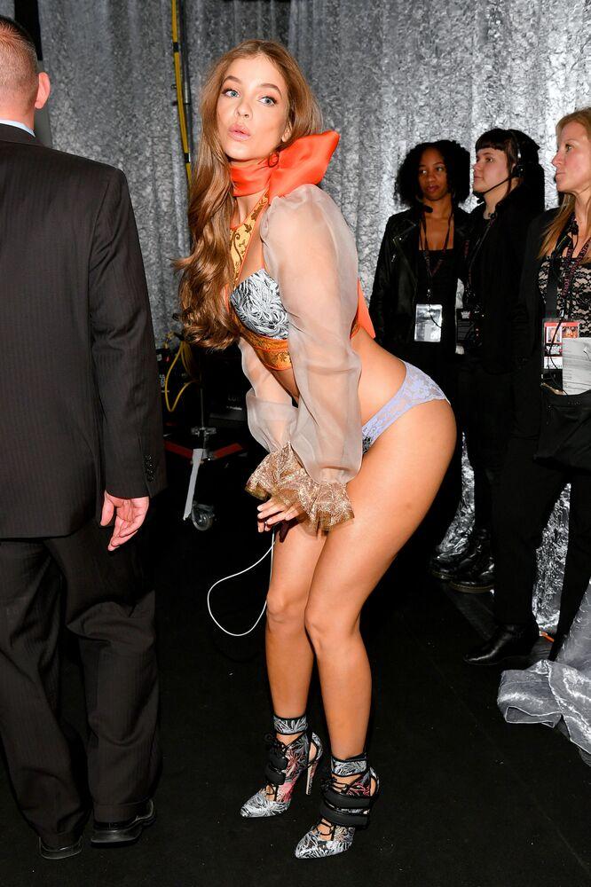 Modelo Barbara Palvin posa no show de moda da Victoria's Secret