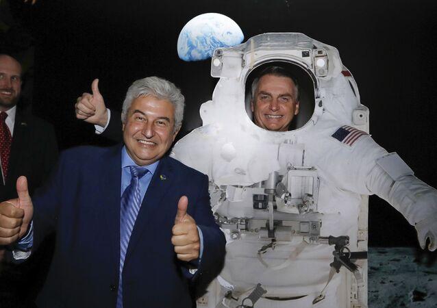 O presidente do Brasil, Jair Bolsonaro, posa para foto com traje simulado de astronauta dos EUA, ao lado do ministro brasileiro da Ciência e Tecnologia, Marcos Pontes, na embaixada norte-americana, em comemoração à independência dos Estados Unidos, em 4 de julho de 2019