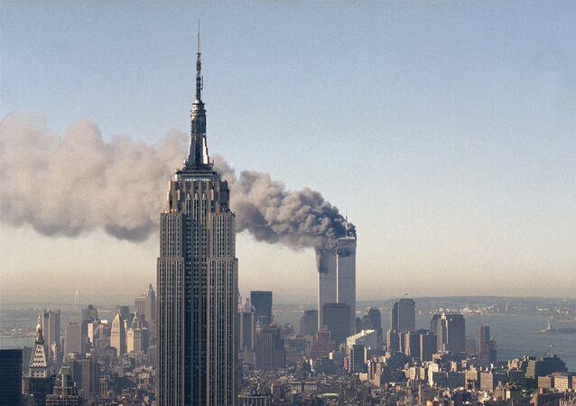 Torres Gêmeas do World Trade Center (WTC) ardem depois do ataque terrorista, 11 de setembro de 2011 (foto de arquivo)