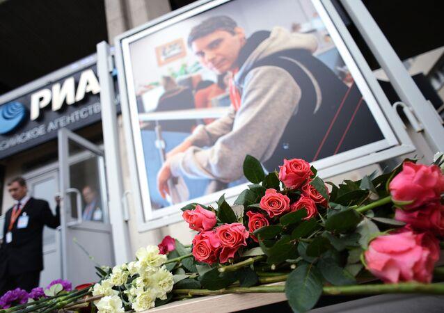 Flores em homenagem ao fotojornalista da agência internacional MIA Rossiya Segodnya, Andrei Stenin, morto em 6 de agosto de 2014 no leste da Ucrânia